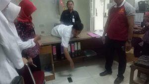 Suasana olah TKP di ruang Anggrek RS dr. R. Soetrasno Rembang. (gambar atas) Kapolsek dan jajarannya mengapit tersangka pelaku pencuri HP.