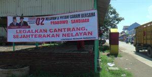 Spanduk tuntut legalkan cantrang banyak terpasang di jalan masuk menuju TPI Tasikagung. (Gambar atas) Calon Wakil Presiden, Sandiaga Uno saat berada di TPI Tasikagung, Rabu pagi.