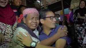 Calon Wakil Presiden, Sandiaga Uno saat berada di Pasar Rembang, Jum'at pagi (11/01). Dikerubuti masyarakat, bahkan dipeluk pemulung.