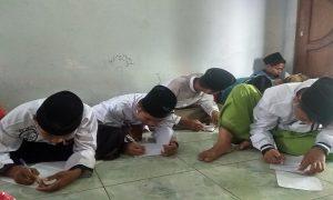Santriwan dan santriwati pondok pesantren Al Anwar IV Sarang, sibuk latihan menulis, Rabu sore (23/01).