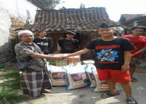 Personel band Home Sick menitipkan bantuan kepada Ketua PC. Lazisnu Lasem, untuk korban tsunami Banten, Selasa (08/01).