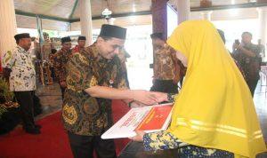 Wakil Gubernur Jawa Tengah, Taj Yasin menyerahkan bantuan ayam kampung unggul kepada salah satu perwakilan desa, saat rapat koordinasi penanggulangan kemiskinan di Pendopo Museum kartini, Jum'at (25/01).