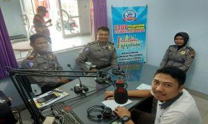 Kasat Lantas Polres Rembang, AKP Roy Irawan didampingi dua anggotanya, menggelar talkshow di Radio R2B, Kamis (21/02).