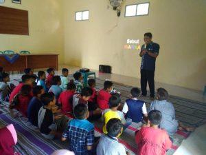 Anak – anak mendengarkan paparan dari ahli gizi, Imam Subekti. (Gambar atas) Mengunjungi Panti Lansia di Desa Turusgede, Rembang.
