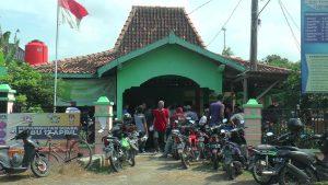 Balai Desa Padaran, Rembang dipenuhi warga. (Gambar atas) Pegawai BPN Rembang, Atikah menjelaskan duduk permasalahan pembuatan sertifikat di hadapan warga Desa Padaran, Kamis pagi (07/02).