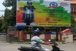 Gambar Presiden Joko Widodo terpasang di depan Kantor Bupati dan DPRD Rembang, terkait dengan kampanye Millenial Road Safety Festival.