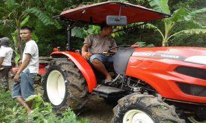 Suasana penarikan rumpun bambu yang menghalangi bendungan dengan menggunakan traktor pembajak sawah di Desa Ringin, Jum'at pagi (08/02).