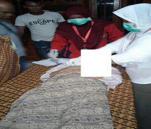 Petugas medis memeriksa korban. (Gambar atas) Kondisi korban yang menggantung di pohon jati, Senin malam.
