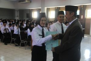 Bupati Rembang, Abdul Hafidz menyerahkan SK pengangkatan kepada perwakilan CASN, Jum'at pagi (22/02).