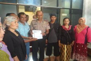 Warga menyerahkan dokumen KLHS Pegunungan Kendeng dan diterima Wakapolres Rembang. (Gambar atas) Massa menunjukkan sebuah poster tuntutan, saat demo di depan Mapolres Rembang, Senin (11/02).