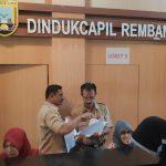 Kesibukan pegawai Dindukcapil Kabupaten Rembang.