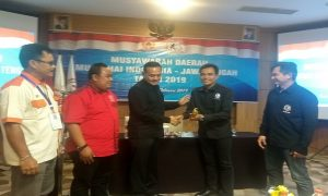 Hartono (tengah) terpilih menjadi Ketua Pengda Muay Thai Jawa Tengah, Minggu petang.