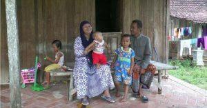 Potret sebuah keluarga di Kabupaten Rembang. Pemkab saat ini tengah berupaya menurunkan angka kematian bayi.