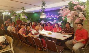 Tradisi kumpul dan makan bersama yang dilakukan keluarga besar Stefanus Hendri, warga Jl. Kartini Rembang, untuk menyambut Tahun Baru Imlek.