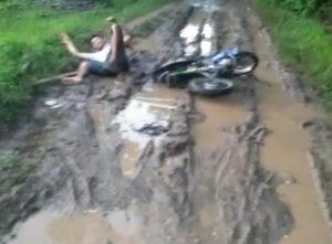 Seorang pengendara sepeda motor terjatuh, saat melintasi ruas jalan Gunungmulyo Kecamatan Sarang – Mojokerto Kecamatan Kragan.