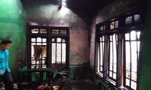 Kebakaran di Desa Sumberejo Rembang, mengakibatkan motor dan sebagian rumah terbakar.