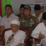 Kiai Maimoen Zubair memimpin do'a penutup ketika kunjungan Presiden Joko Widodo, Jum'at petang (01/02). Dalam do'a itu, Kiai Maimoen menyebutkan nama Prabowo.