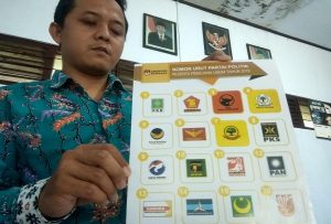 Komisioner KPU Kab. Rembang, Zaenal Abidin menunjukkan nomor urut partai politik peserta Pemilu 17 April 2019.