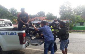 Sepeda motor Suzuki Satria diamankan di depan Mapolsek Sulang, Rabu pagi. (Gambar atas) Peti jenazah Aiptu Ashuri akan dibawa dari kamar jenazah rumah sakit menuju rumah duka.