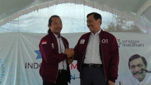 Menteri Koordinator Bidang Kemaritiman, Luhut Binsar Panjaitan mengenakan jaket yang diberikan oleh Ketua Jaringan Nelayan Matahari. (Gambar atas) Ketika memberikan sambutan, Luhut Binsar Panjaitan menutupi angka 01 pada jaketnya.