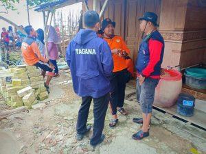 Suasana relawan menunggu di pinggir pantai Kelurahan Gegunung Kulon, Rembang. (Gambar atas) Relawan dan aparat gabungan menyisir di sekitar Pulau Gede, Minggu sore (10/02).