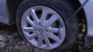 Detail ban mobil belakang gembos usai tabrakan. (gambar atas) Kondisi mobil korban kecelakaan mengalami kerusakan parah. Saat ini diamankan di Pos Lantas Lasem.