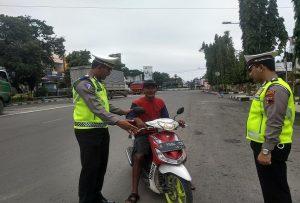 Kasat Lantas Polres Rembang, AKP Roy Irawan menghentikan pengendara sepeda motor yang tidak mengenakan helm.