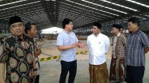 Wakil Gubernur Jawa Tengah, Tak Yasin dan Wakil Bupati Rembang, Bayu Andriyanto mengunjungi pabrik sepatu di Rembang, beberapa waktu lalu.