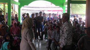 Diyono, warga Desa Padaran sempat berdebat dengan Kasi Pengadaan Tanah BPN Kabupaten Rembang, Atikah, Kamis siang (07/02).