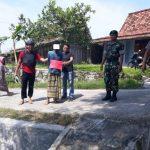 Tersangka pelaku, NH dikeler anggota Polsek Sluke, saat rekonstruksi kasus pencurian di Desa Manggar, Kecamatan Sluke.