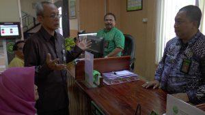 Loket pelayanan terpadu satu pintu di Pengadilan Negeri Rembang. (Gambar atas) Pegawai PN Rembang menunjukkan salah satu piranti sistem online, untuk menghitung biaya perkara, Kamis (28/02).