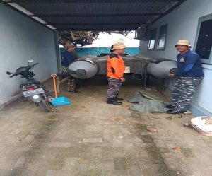Perahu karet TNI AL diterjunkan untuk membantu pencarian jenazah korban, Senin. (gambar atas) Suasana pencarian di tengah laut.