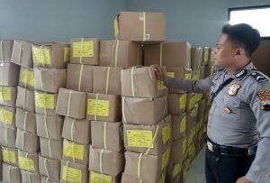Polisi menjaga surat suara di Sekretariat KPU, Jl. Pemuda Rembang.