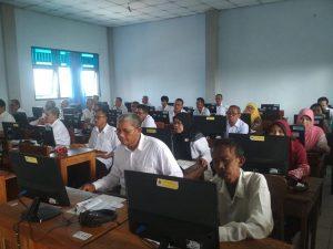 Para peserta seleksi PPPK di Kabupaten Rembang, tampak serius mengerjakan soal.