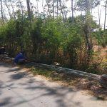 Warga sebuah desa di Kecamatan Kragan menata saluran air yang melintasi pinggir lahan. Tahun ini BPN Kab. Rembang menggulirkan program Pendaftaran Tanah Sistematis Lengkap.