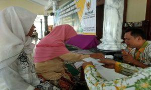 Fakir miskin di Kabupaten Rembang menerima penyerahan zakat yang disalurkan oleh Baznas, Selasa (19/02).