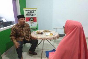 Bupati Rembang, Abdul Hafidz ketika menampung laporan dari warganya, belum lama ini.