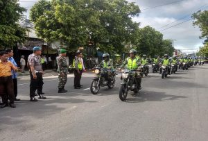 Kendaraan peserta apel pasukan memulai konvoi keliling kota, Jum'at pagi. (Gambar atas) Bupati didampingi Kapolres dan Komandan Kodim memeriksa pasukan yang akan mengamankan Pemilu 17 April.