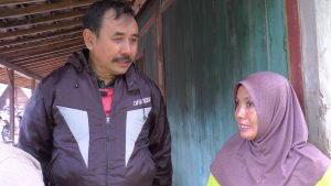 Pemilik rumah yang tertimpa longsor, Waskinatul Jannah berbincang dengan Kasi Trantib Kecamatan Sluke. (Gambar atas) Material tebing longsor menghancurkan dinding rumah di Desa Manggar.
