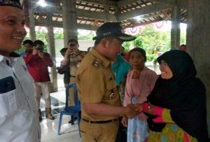 Wakil Bupati Rembang, Bayu Andriyanto saat berdialog dengan warga tidak mampu, belum lama ini.