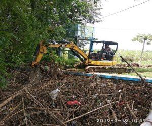 Bendung Pengkol di Kecamatan Kaliori tertutup sampah dan harus dibersihkan, Selasa (19/03).