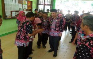 Bupati Rembang, Abdul Hafidz saat mengunjungi SMP N I Sluke, belum lama ini.