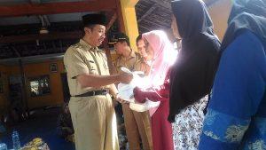 Bupati Rembang, Abdul Hafidz menyerahkan bantuan kepada korban banjir di Balai Desa Sumurpule, Kec. Kragan, Senin (11/03).
