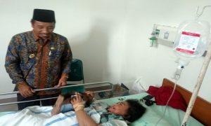 Bupati Rembang, Abdul Hafidz menyerahkan bingkisan kepada pasien, seusai peresmian gedung pelayanan syaraf terpadu, Kamis (28/03).