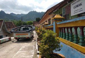 Kondisi perkampungan di Desa Gowak, Kecamatan Lasem. (Gambar atas) Awan tebal menutupi puncak Gunung Lasem.