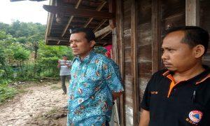 Wakil Ketua DPRD Rembang, Gunasih meninjau lokasi longsor di Desa Manggar. (Gambar atas) Longsor merusak dinding rumah warga.