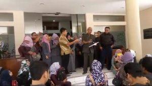 Guru honorer saat menggelar aksi di sekretariat DPRD Rembang, beberapa waktu lalu