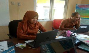 Pegawai loket pelayanan perizinan online siaga di kantor Dinas Penanaman Modal Pelayanan Terpadu Satu Pintu Dan Tenaga Kerja Kab. Rembang.
