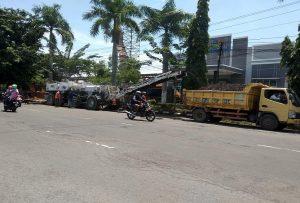 Pekerja mulai mengupas aspal lama di pinggir Jl. Pemuda Rembang, Senin (25/03).