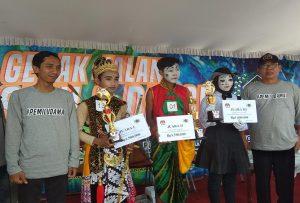 Para pemenang lomba gerak jalan seni. (gambar atas) Aksi peserta dari SMA N I Sulang yang akhirnya menyabet juara I gerak jalan seni, Minggu (10/03).